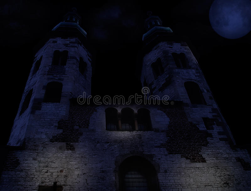 Middeleeuwse kerk op een moonltnacht stock fotografie