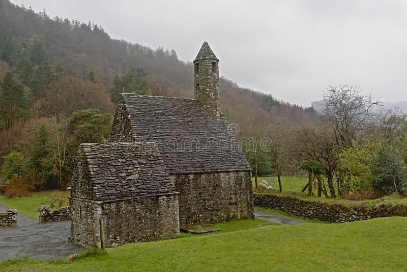 Middeleeuwse kerk van Glendalough in de mist, Ierland stock foto