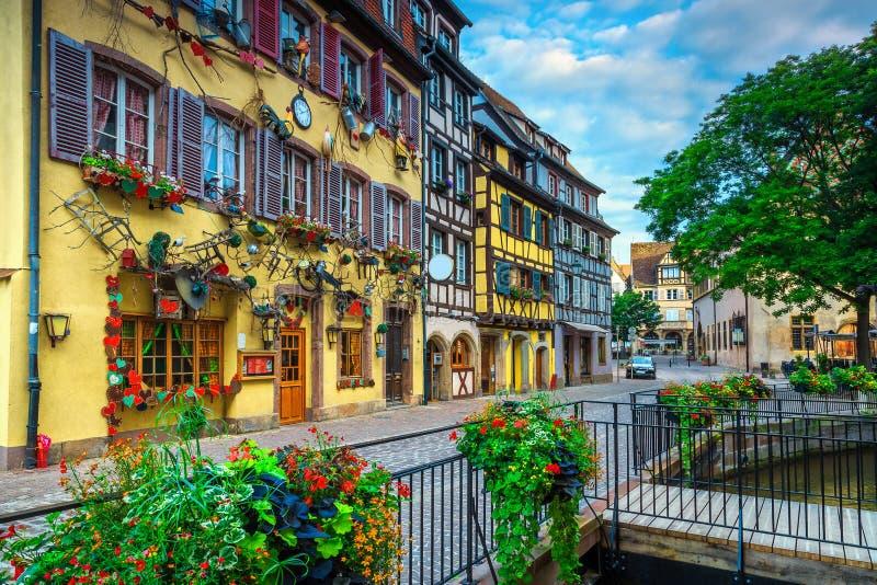 Middeleeuwse kleurrijke helft-betimmerde voorgevels en bedekte straat, Colmar, Frankrijk royalty-vrije stock afbeelding