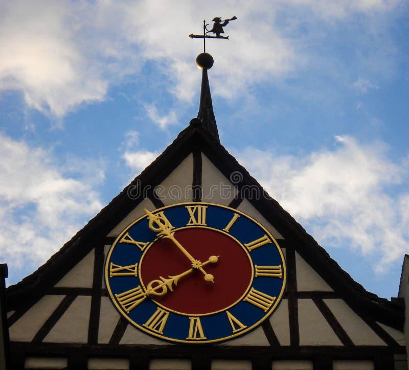 Middeleeuwse klok in toren van de oude bouw met blauwe hemelachtergrond De klok van het 7:55 van handentekens bij de bovenkant va stock fotografie