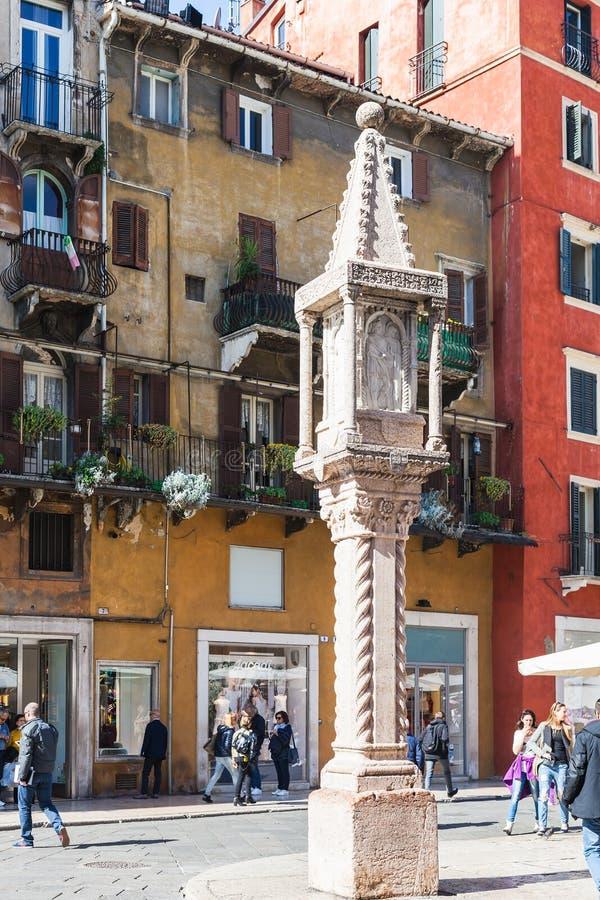Middeleeuwse kolom op Piazza delle Erbe in Verona royalty-vrije stock foto