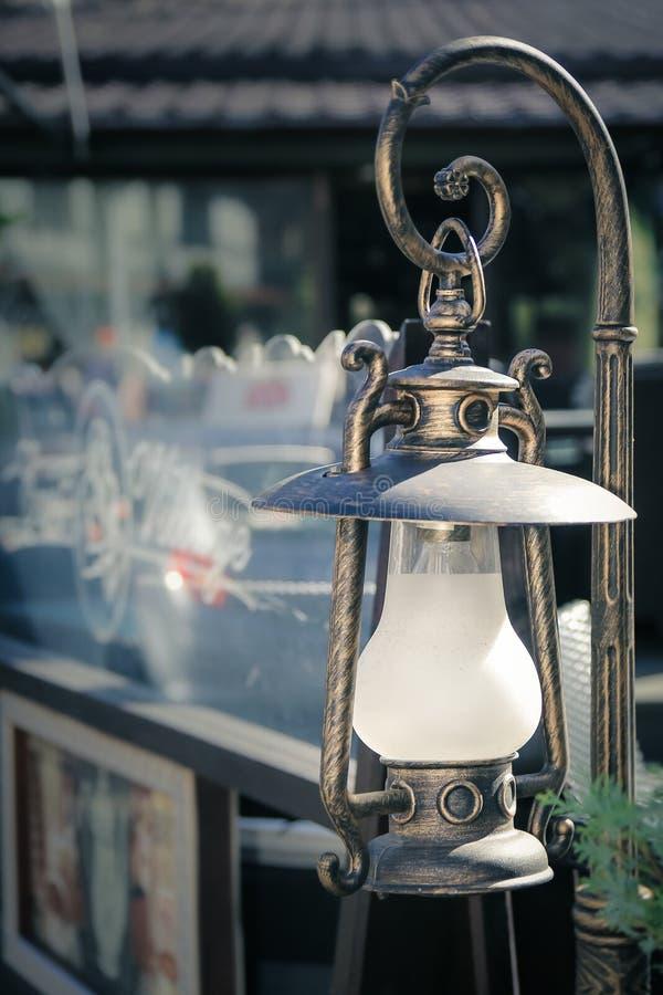 Middeleeuwse lantaarn op de straat royalty-vrije stock afbeeldingen