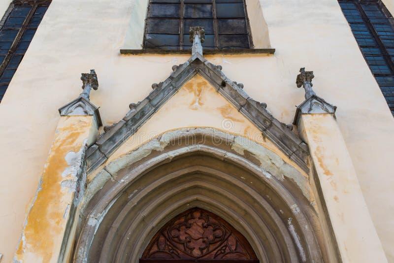 Middeleeuwse lutheran kerkingang, baksteenpylonen, hand gesneden eiken deur royalty-vrije stock afbeelding
