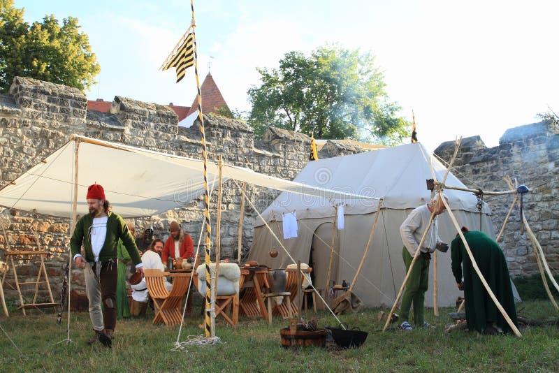 Middeleeuwse militairen in historisch kamp op Kasteel Budyne stock fotografie
