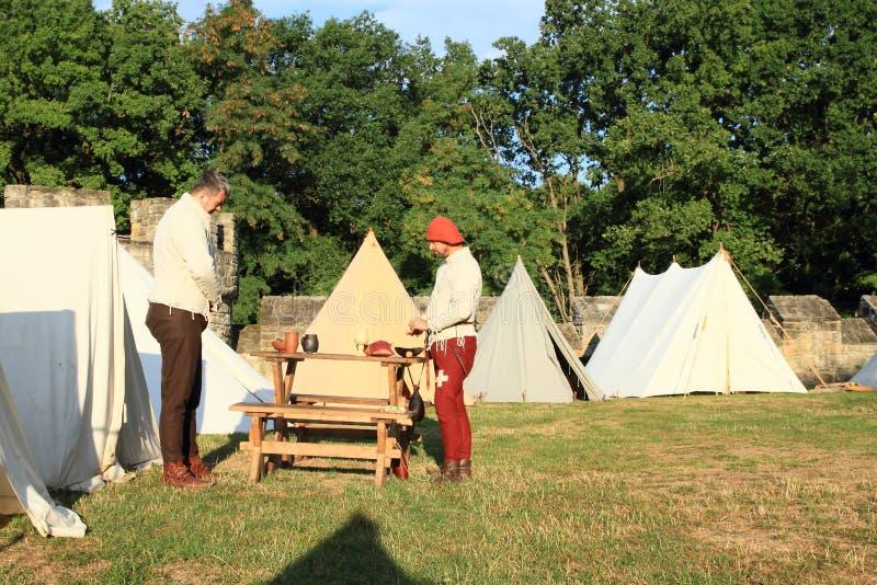 Middeleeuwse militairen in historisch kamp op Kasteel Budyne stock foto