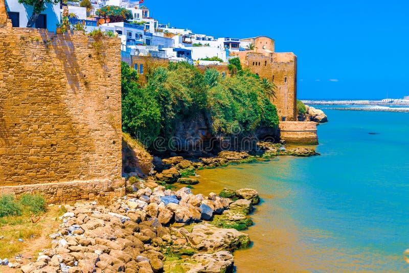 Middeleeuwse muren en witte huizen van Kasbah van Udayas bij de Bou Regreg-rivier op een zonnige dag Rabat, Marokko stock afbeelding