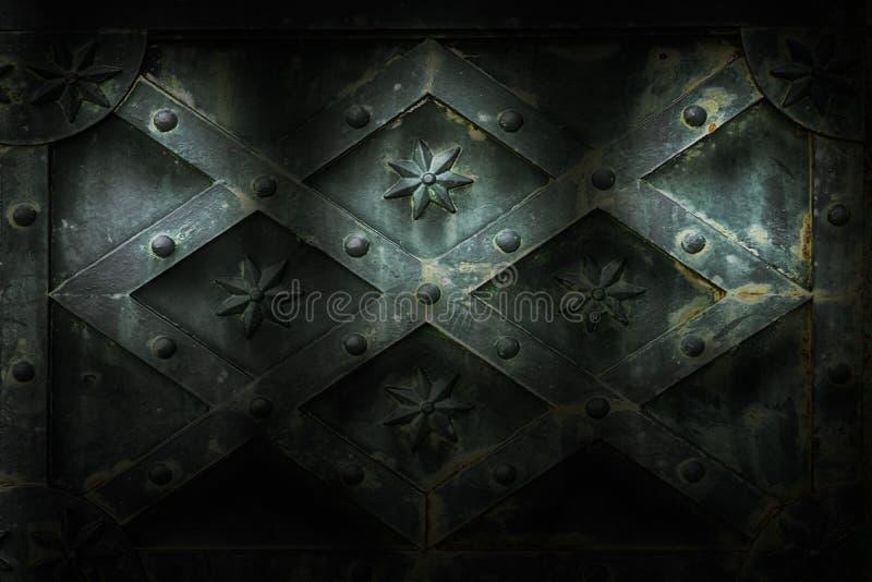Middeleeuwse muur die door drie schijnwerpers wordt verlicht stock afbeeldingen