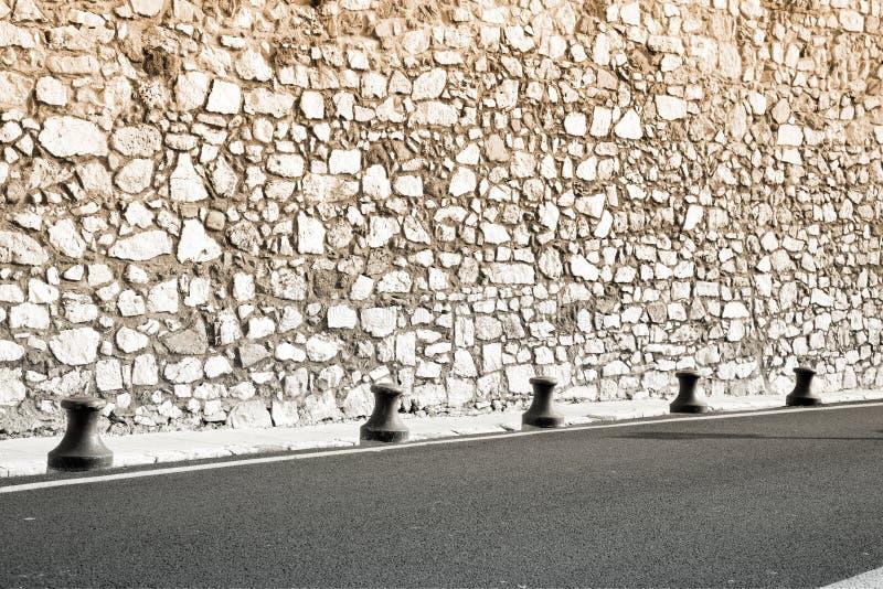 Middeleeuwse muur en nieuwe weg in Frankrijk stock foto's