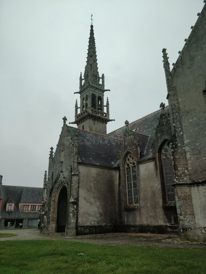Middeleeuwse oude kathedraal in Frans dorp royalty-vrije stock afbeelding