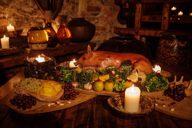 Middeleeuwse oude keukenlijst met typisch voedsel in koninklijk kasteel royalty-vrije stock fotografie