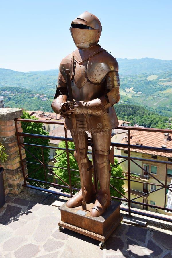 Middeleeuwse pantser en daken in San Marino stock fotografie