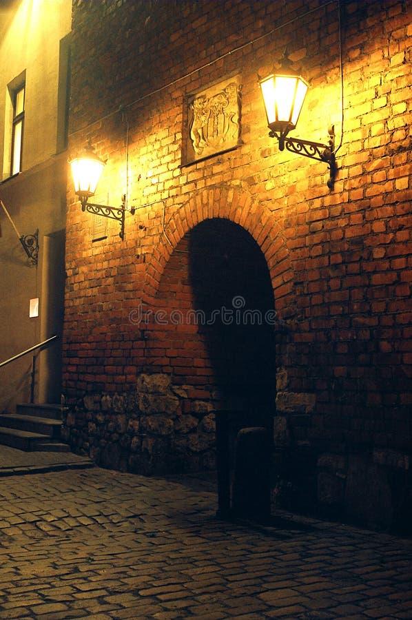 Middeleeuwse poort bij nacht in Riga stock fotografie
