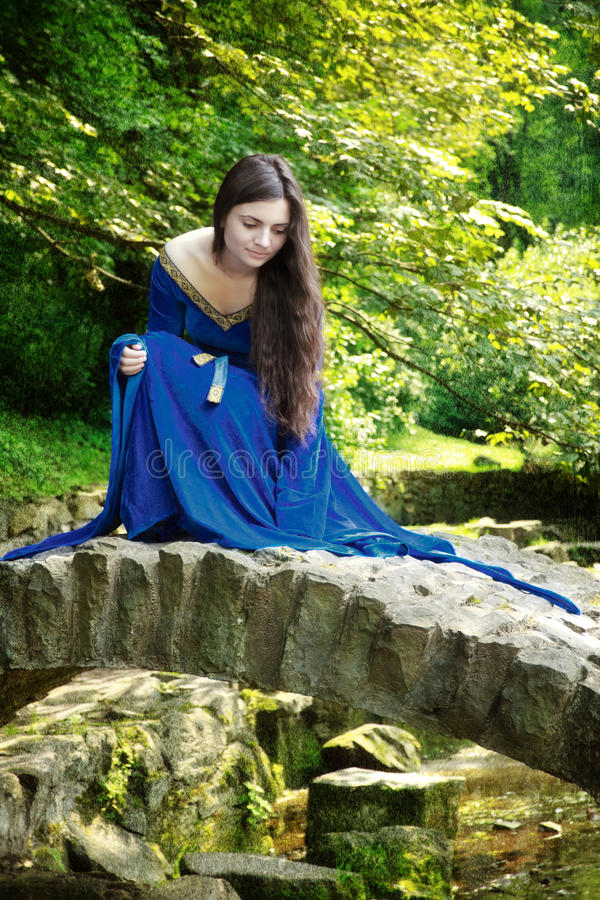 Middeleeuwse prinses op steenbrug stock foto's