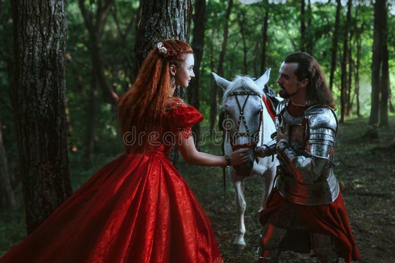 Middeleeuwse ridder met dame stock afbeeldingen