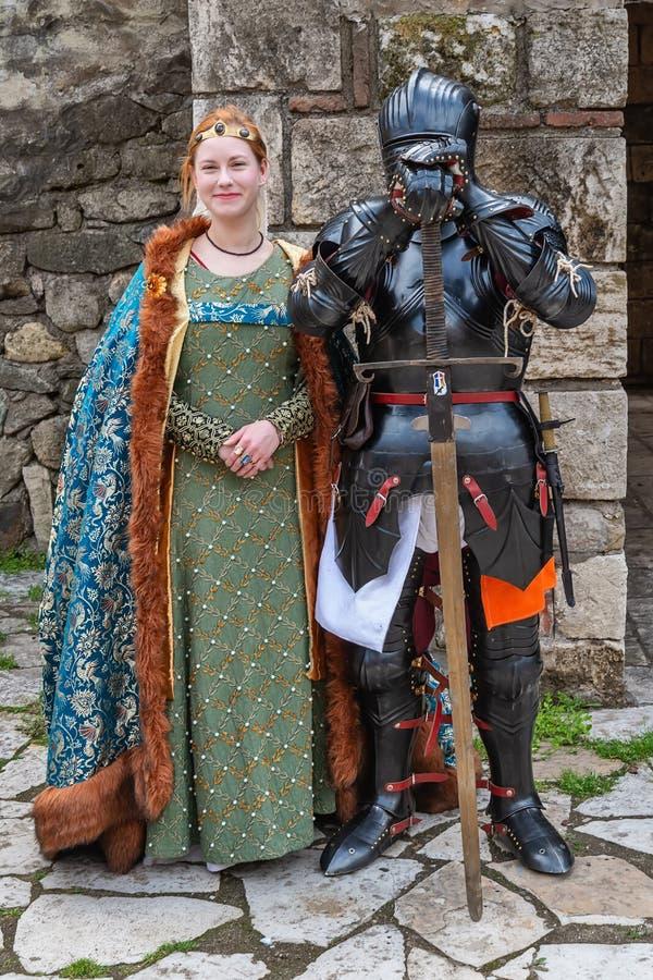 Middeleeuwse ridder met Postpantser en Zwaard met zijn Dame stock fotografie