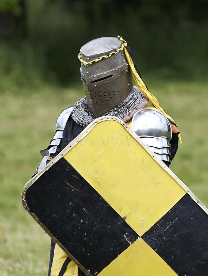 Middeleeuwse ridder met schild stock fotografie
