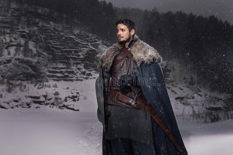 Middeleeuwse ridder met zwaard in pantser als stijlspel van Troon royalty-vrije illustratie