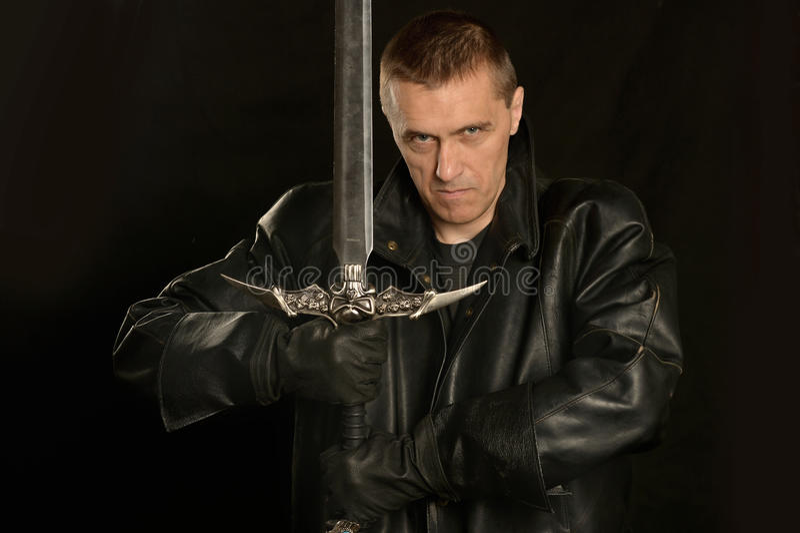 Middeleeuwse ridder op dark stock foto