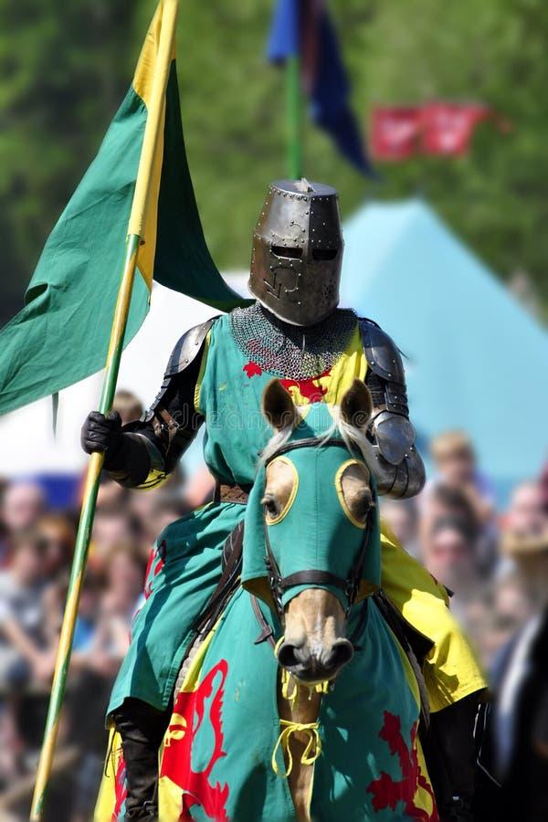 Middeleeuwse ridder op horseback stock foto's