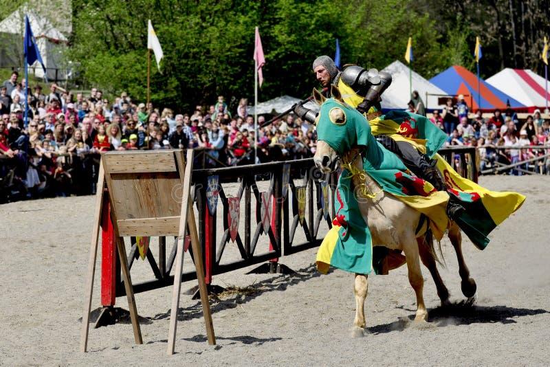 Middeleeuwse ridder op horseback royalty-vrije stock afbeeldingen