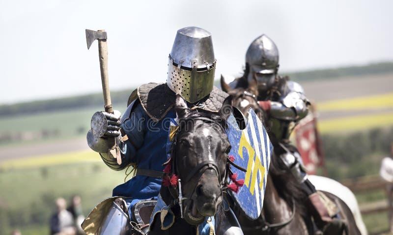 Middeleeuwse ridders in slag royalty-vrije stock afbeeldingen