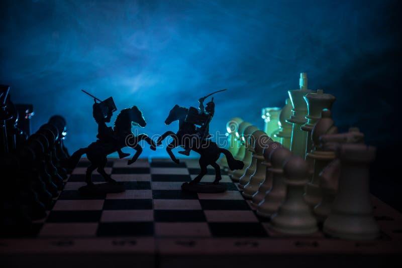 Middeleeuwse slagscène met cavalerie en infanterie op schaakbord Het spelconcept van de schaakraad bedrijfsideeën en de concurren stock foto's