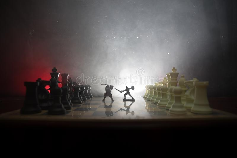 Middeleeuwse slagscène met cavalerie en infanterie op schaakbord Het spelconcept van de schaakraad bedrijfsideeën en de concurren royalty-vrije stock afbeeldingen