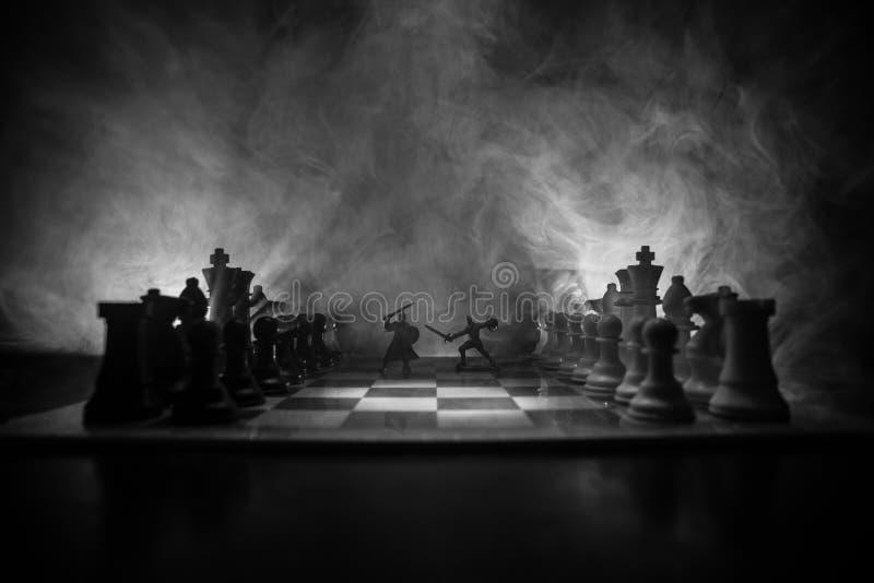 Middeleeuwse slagscène met cavalerie en infanterie op schaakbord Het spelconcept van de schaakraad bedrijfsideeën en de concurren stock afbeeldingen