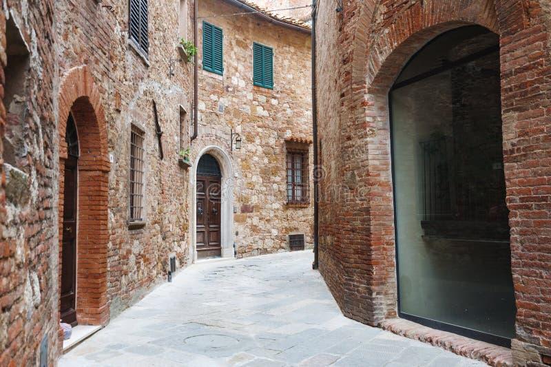 Middeleeuwse smalle straat in de oude stad van Montepulciano dichtbij Siena, Toscanië, Italië royalty-vrije stock afbeelding