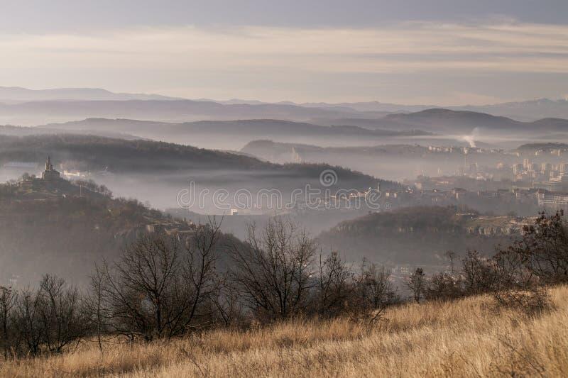 Middeleeuwse stad van Veliko Tarnovo in Bulgarije bij zon stock afbeeldingen