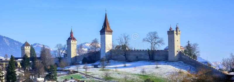 Middeleeuwse stadsmuren met torens in Luzerne, Zwitserland stock afbeelding