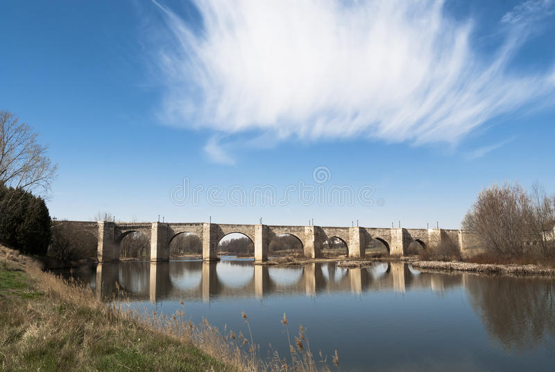 Middeleeuwse steenbrug met Rivier, Spanje royalty-vrije stock foto