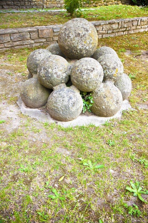 Middeleeuwse steenkanonskogels van Vicopisano-Kasteel Italië stock afbeelding