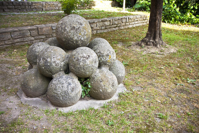 Middeleeuwse steenkanonskogels van Vicopisano-Kasteel Italië-Toscanië-P royalty-vrije stock fotografie
