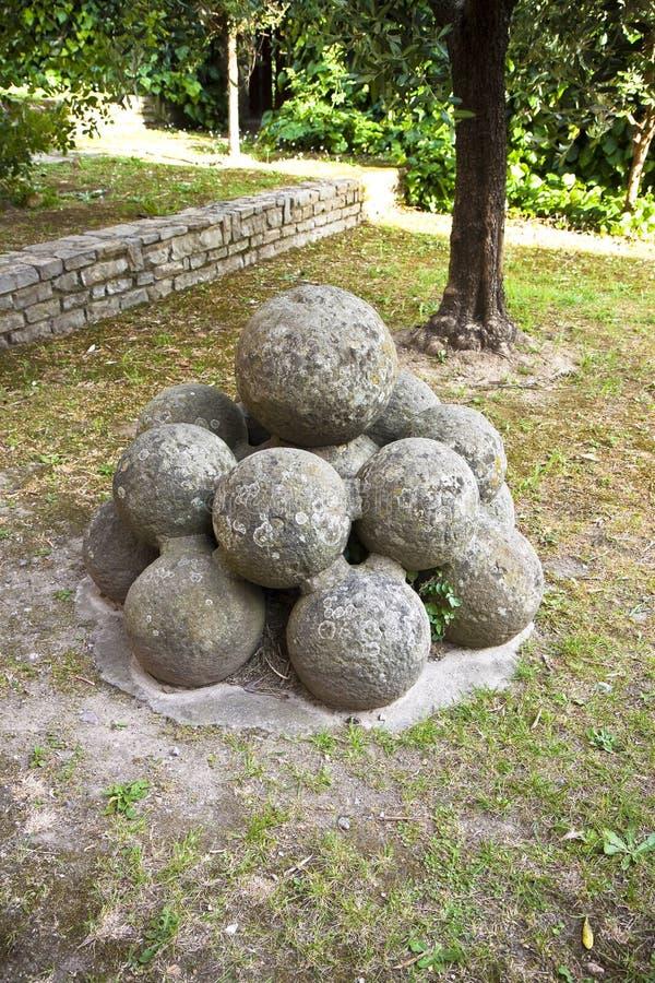 Middeleeuwse steenkanonskogels van Vicopisano-Kasteel Italië-Toscanië-Pisa stock foto