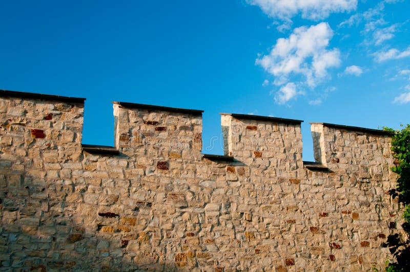 Middeleeuwse steenmuur tegen blauwe hemel royalty-vrije stock fotografie