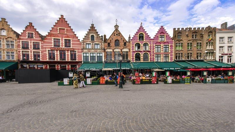 Middeleeuwse stijlwinkels en restaurants in Grote Markt in Brugge, B stock foto's