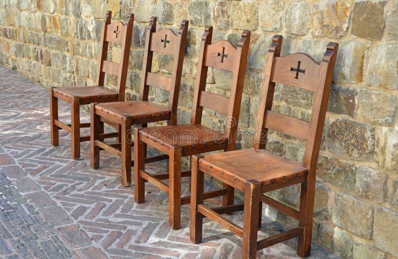 Middeleeuwse stoelen op baksteenterras royalty-vrije stock afbeelding