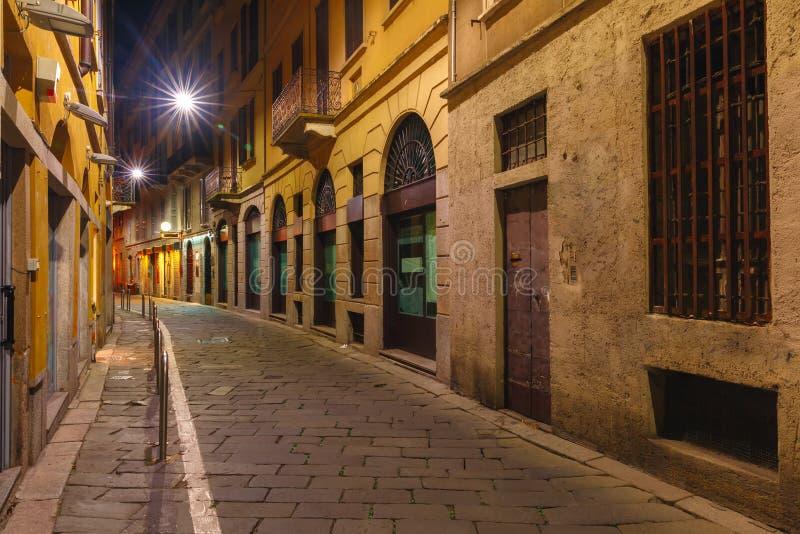 Middeleeuwse straat bij nacht in Milaan, Lombardia, Italië stock foto