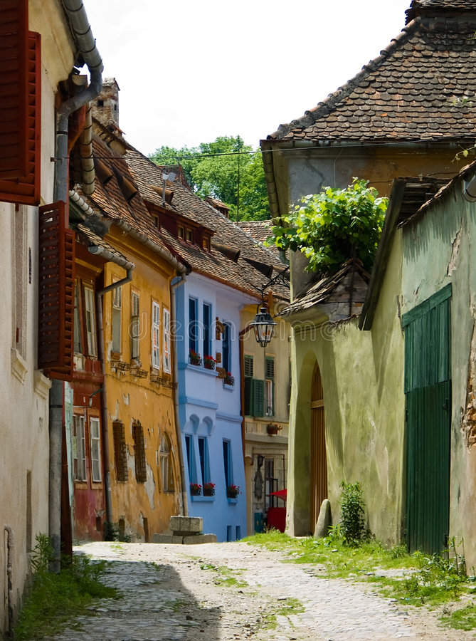 Middeleeuwse straat in Sighisoara. stock foto