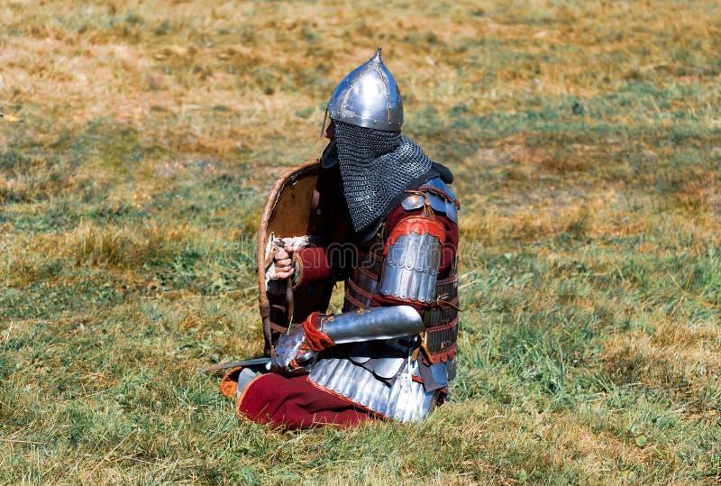 Middeleeuwse strijder in pantser stock fotografie
