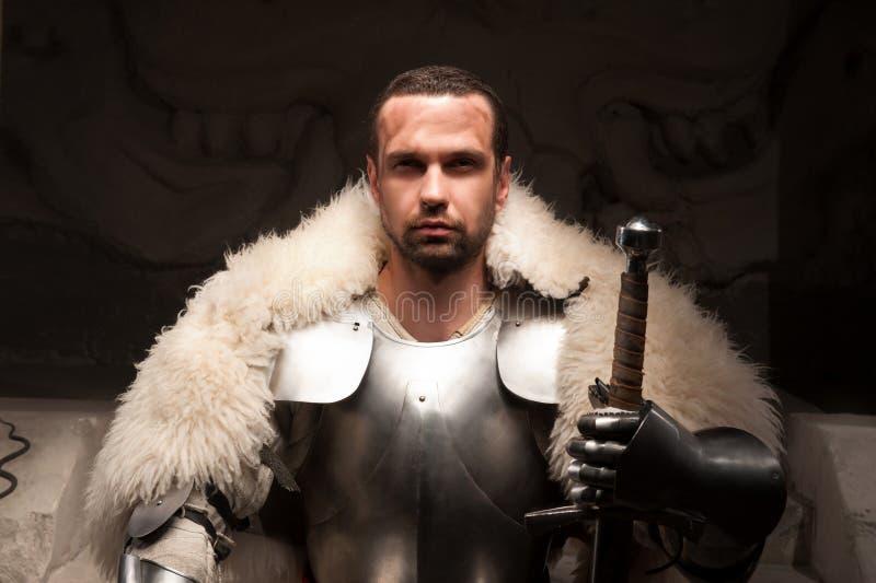 Middeleeuwse strijder in pantser en bontmantel royalty-vrije stock fotografie