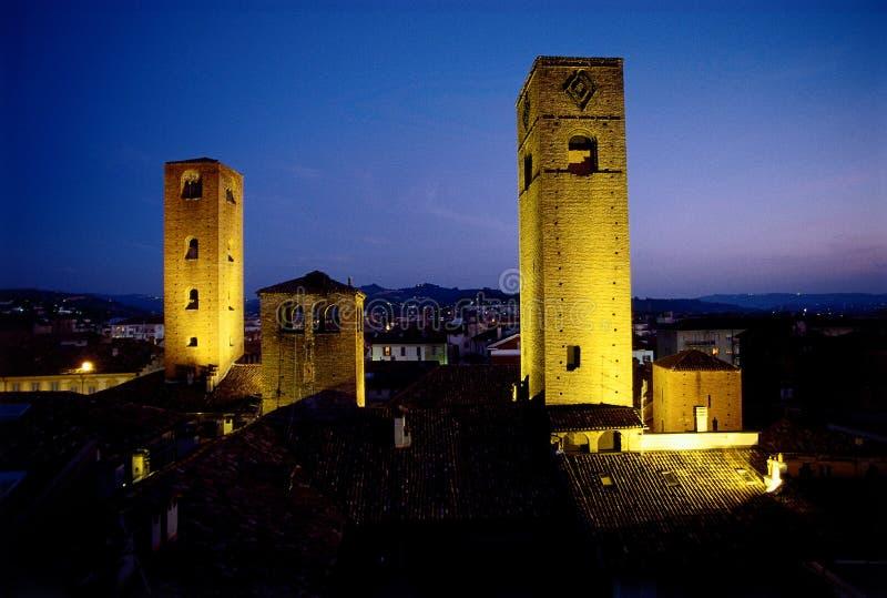 Middeleeuwse torens bij schemer royalty-vrije stock afbeeldingen