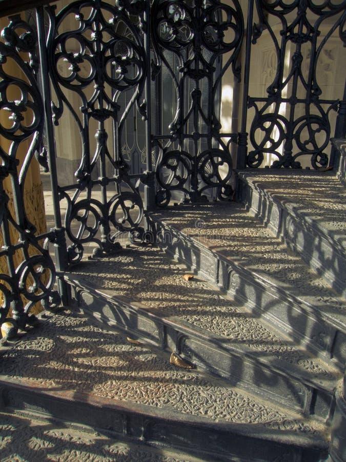 Middeleeuwse trap met vervaardigd traliewerk royalty-vrije stock afbeeldingen