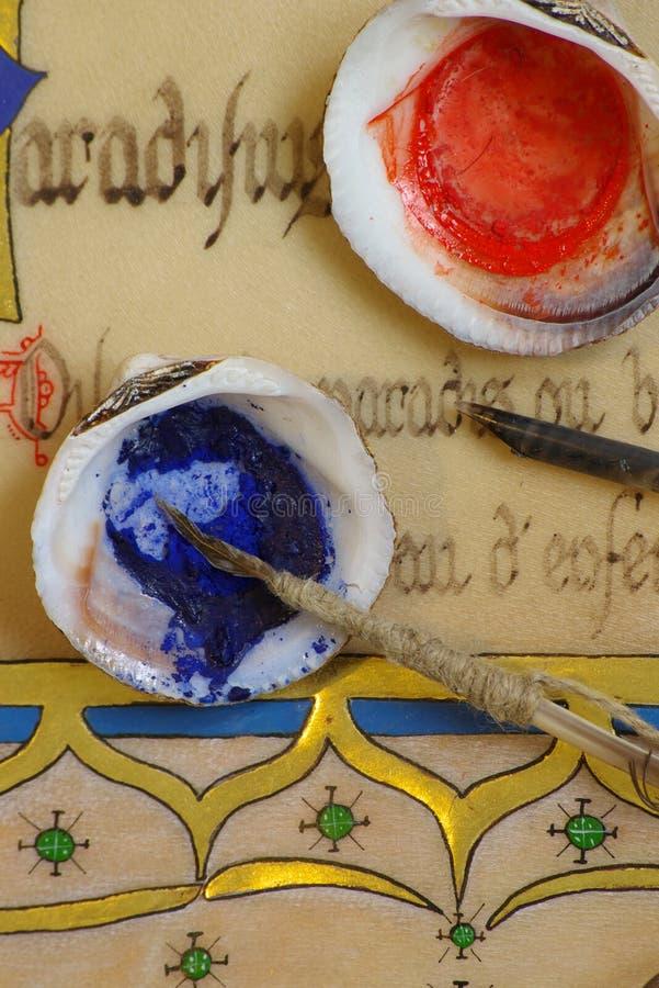 Middeleeuwse verlichting - pigment en manuscript stock fotografie