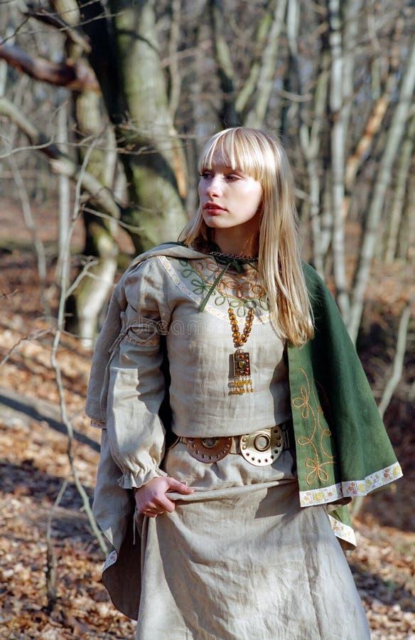 Middeleeuwse vrouw die in bos loopt royalty-vrije stock foto