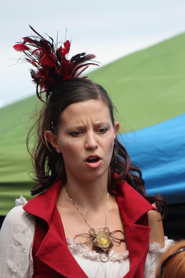 Middeleeuwse Vrouw die Modieuze Headress dragen royalty-vrije stock foto