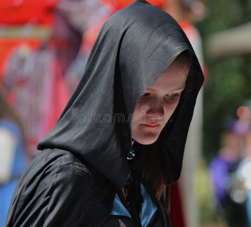 Middeleeuwse Vrouw die rond Faire wandelen royalty-vrije stock afbeeldingen