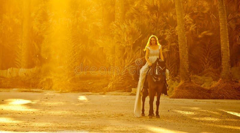 Middeleeuwse vrouw op horseback royalty-vrije stock foto