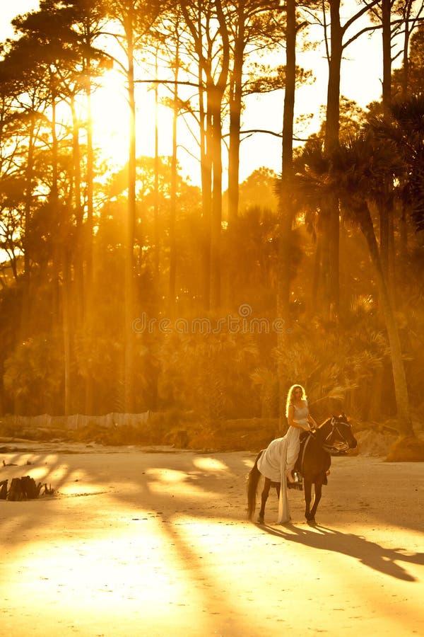Middeleeuwse vrouw op horseback royalty-vrije stock fotografie